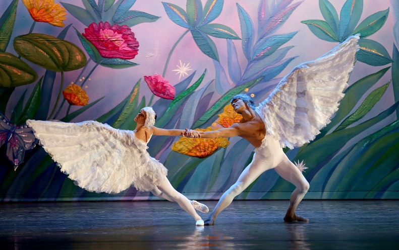 Moscow Ballet's Dove of Peace danced by S Chumakov and E Petrachenko